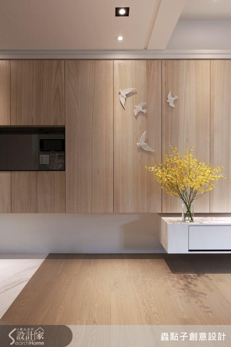 這是屋裡很漂亮的一個角落,櫃體的線條與天花板的溝縫的巧妙配置,再搭配白色鳥點綴,給人一種清新而俏皮的愜意。