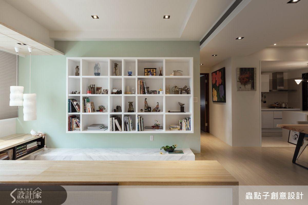 跳色的書牆替空間注入嶄新的樣貌,清新的粉綠色讓人心情也是粉嫩色。