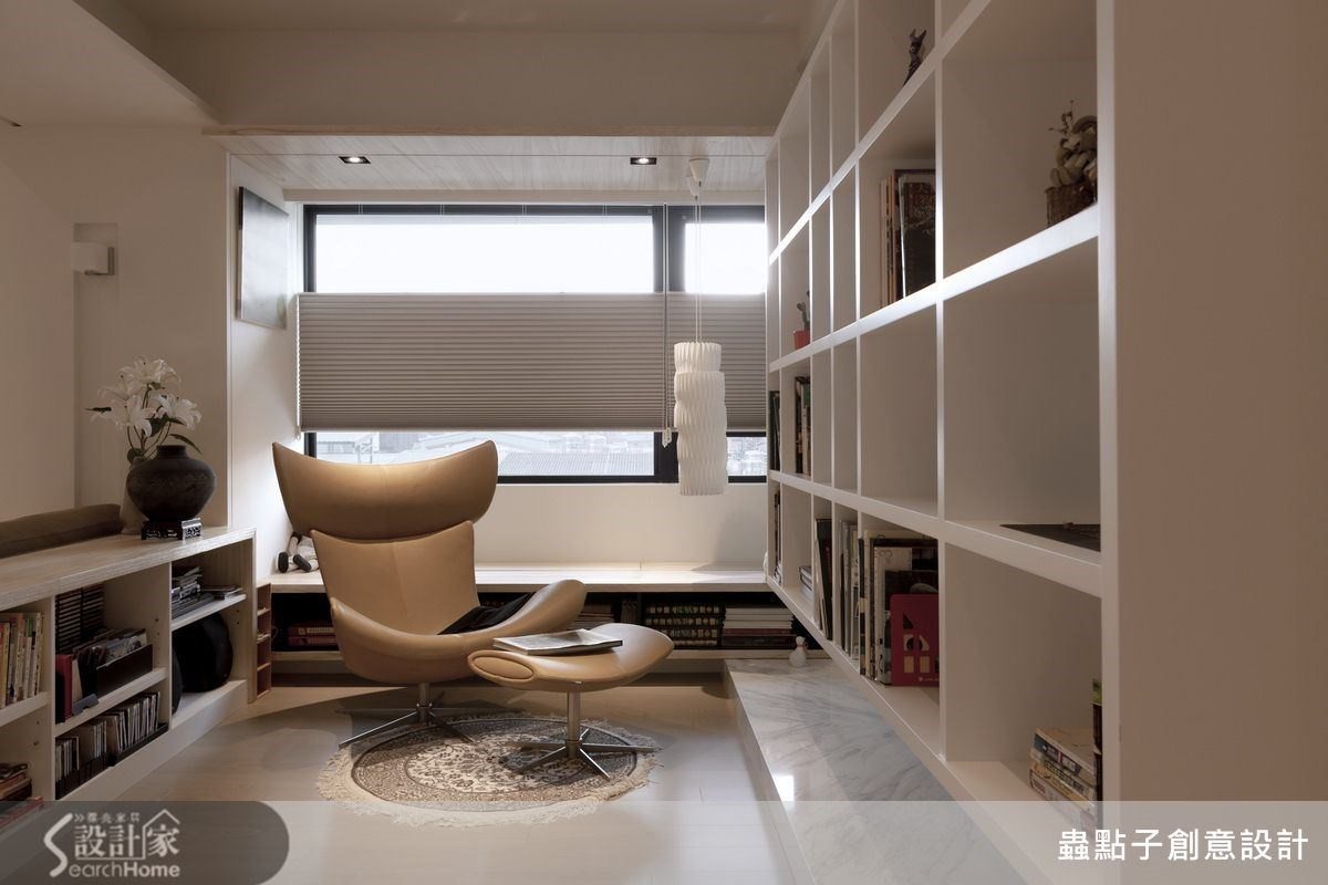 書房為開放式的空間,不落地的懸吊書櫃帶來輕盈不厚重的視覺感,並在書房各角落規劃許多收納格櫃;也將收納櫃體與窗前休憩檯面結合,充分發揮複合機能的設計巧思。