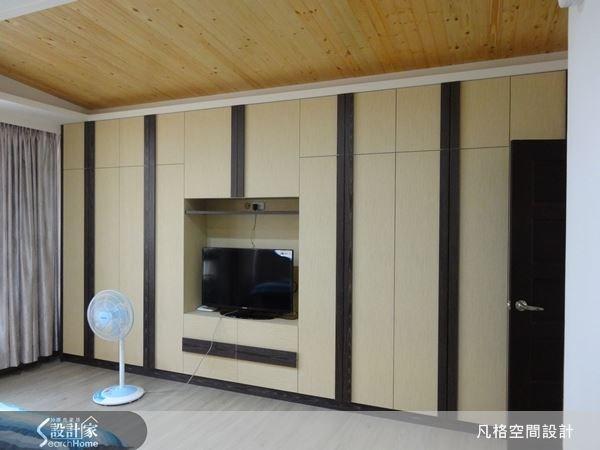 利用深色木條來裝飾收納櫃體,讓櫃面帶有變化性,上方的木質天花,使住臥空間多了溫潤的舒眠氣息。