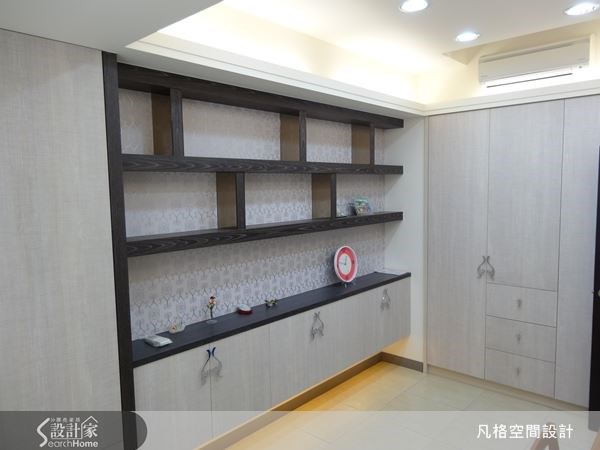 開放式櫃體,可選用圖騰壁紙來配搭,就是一處美麗的端景。
