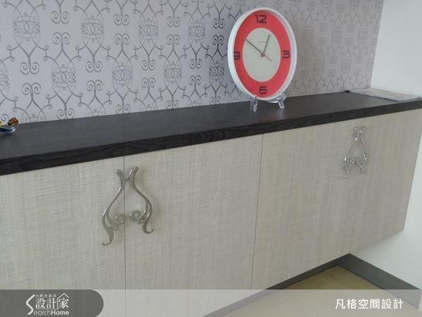 為呼應壁紙的風格,櫃體就運用幾何圖騰作為造型把手,讓櫃體顯得獨特而細膩。