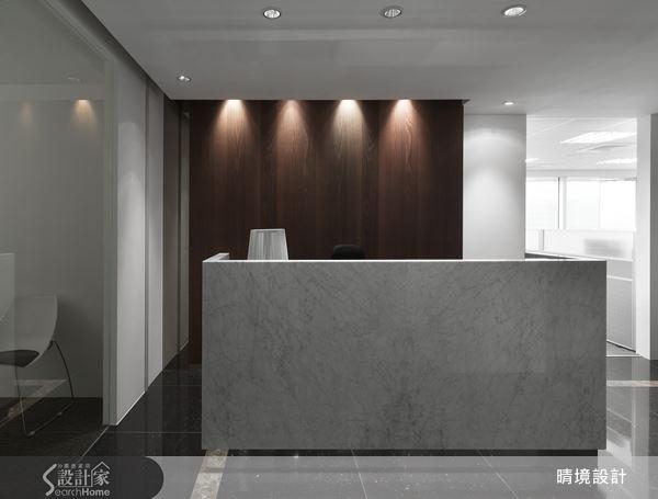 商業空間訴求沉穩厚實,利用自然紋理的大理石與深色木紋,烘托出讓人印象深刻的接待櫃台。