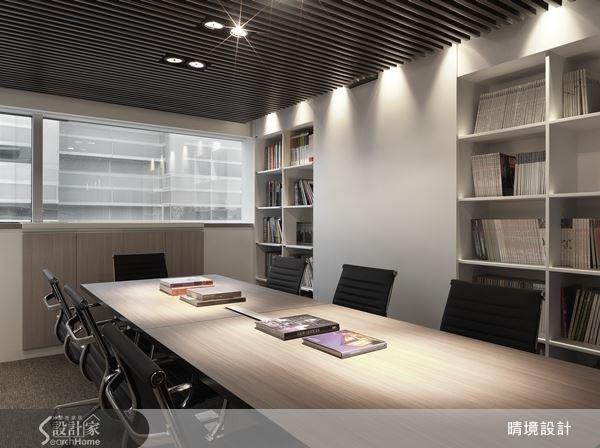 壁面結合大量的書櫃體,內嵌式的設計,更能有效運用空間,提升會議室的機能。