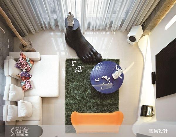 一只大型的足型雕塑,配上海洋藍圓桌、蔥綠地毯與亮橘椅,讓客廳空間充滿藝術視野。
