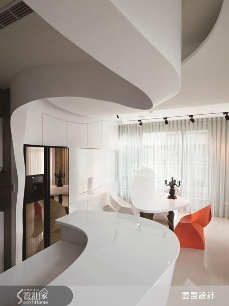 白色壁面素雅大方,更能突顯屋內各項前衛的家飾品。