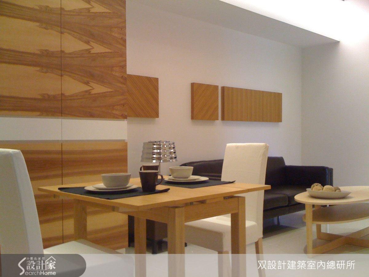 設計師為公共區域安排了一道木質感收納櫃,增加收納機能,木材質感更為空間注入美感。
