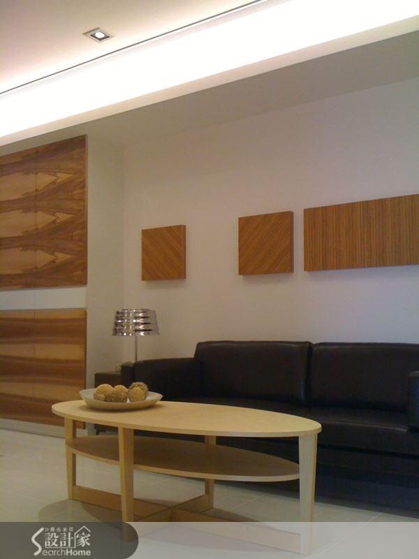 沙發背牆以正方形幾何木塊來吸引視覺焦點,再搭配上方的間接燈光設計,讓客廳樑柱帶來的壓迫感減輕許多。