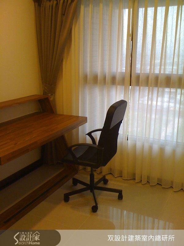 以空間本身的採光優勢為基礎,書房空間以大面積開窗引入充足自然光,營造明亮溫暖的閱讀環境。