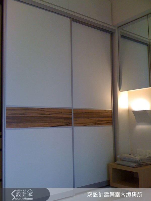 本案臥室的設計十分溫馨宜人,潔白的臥房裡點上小巧的裝飾燈,讓氛圍立刻變得溫暖。而床頭牆面則搭配了鏡櫃設計,加上容量充足的衣櫃,輕鬆解決收納煩惱,也讓整體空間更易於維持清爽呢!