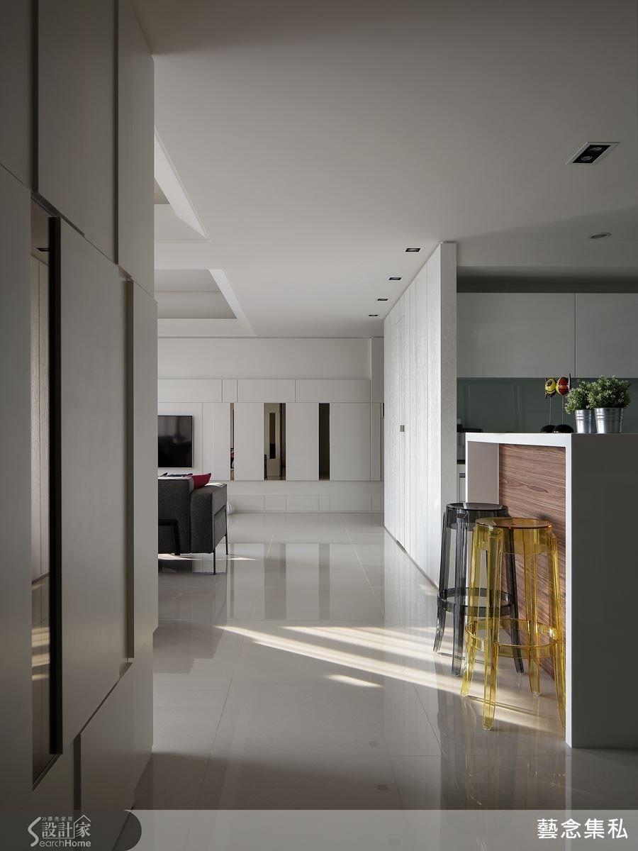 吧檯的維持屋內的主色白色調,再搭配木皮建材,讓人有股驚喜感,也替空間注入了溫度。