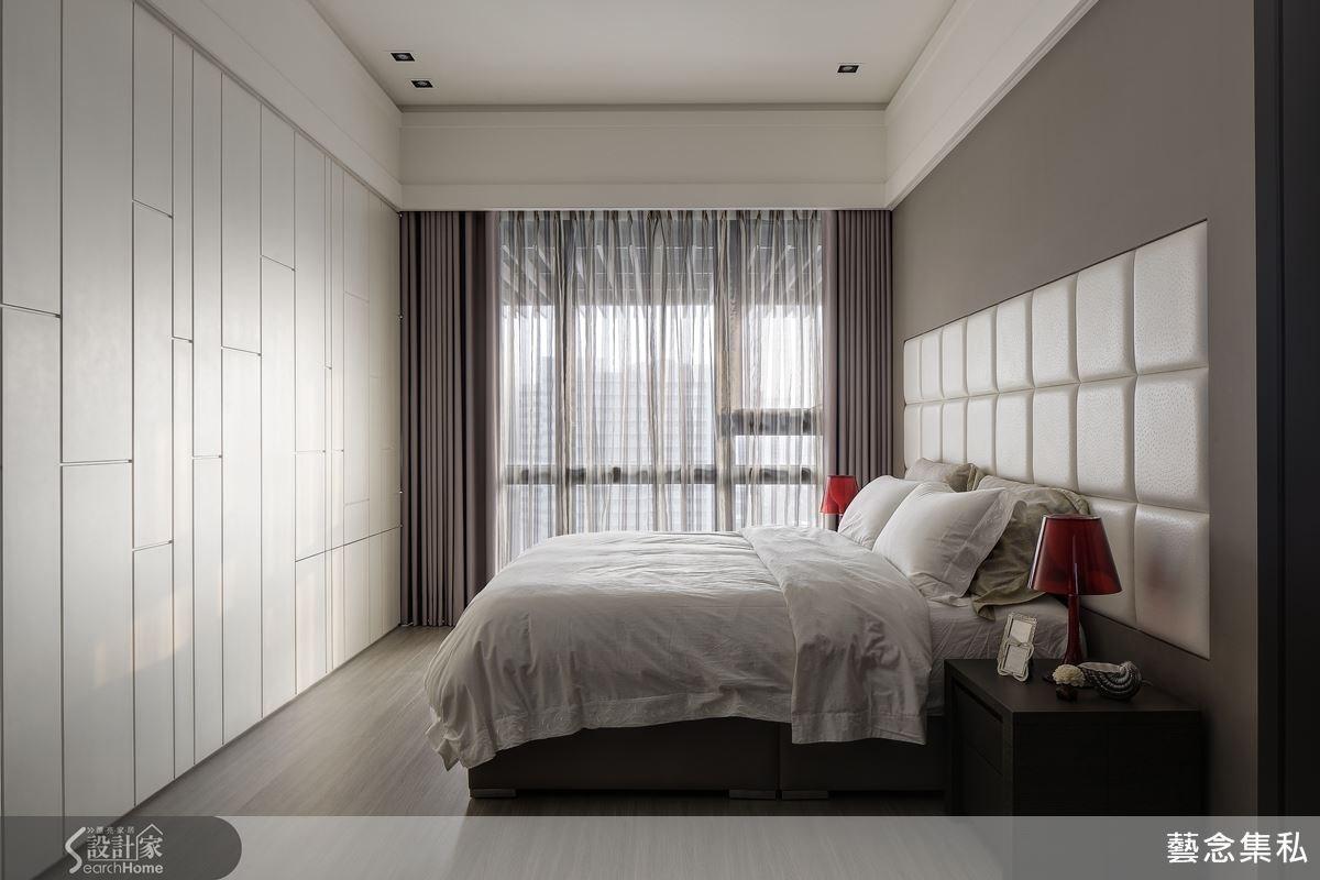 主臥房的隱藏式收納空間成功地將幾何線條融入其中,並呼應背牆的白色繃布造型,清爽而乾淨的臥房空間,讓休息成為一種最棒的紓壓。