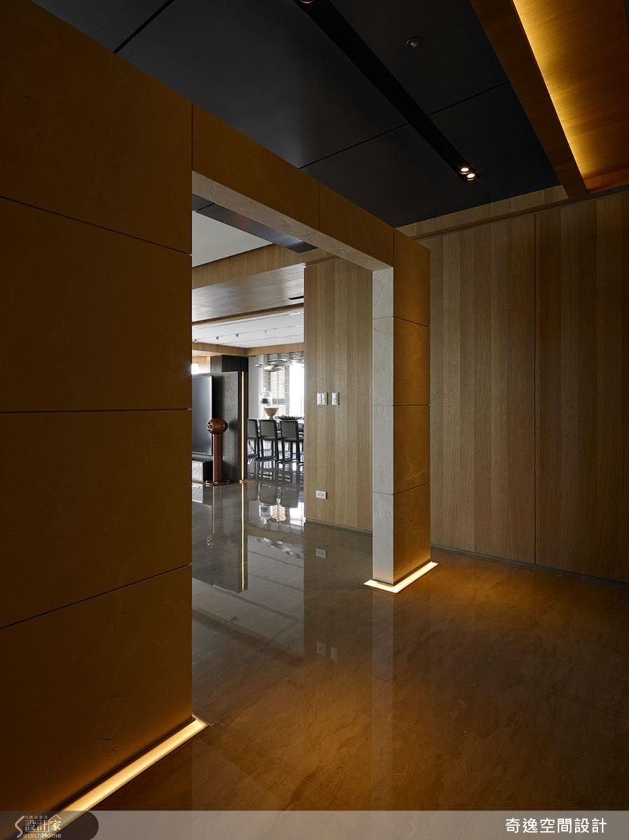 一進門的玄關處,設計師刻意以一道不做滿的牆面,化解風水上穿堂煞的問題,同時也成了不讓人一眼看穿室內空間的精巧設計;木皮特別選用漆料,並以自然推油手法,打造環保與質樸空間。