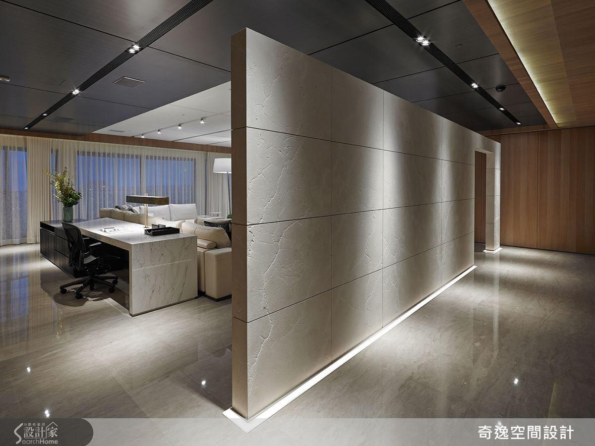 因應屋主的個性與生活習慣,設計師客廳、餐廳和主臥房整合在同一條橫向軸線上,呈現出入門後隨心自由的生活動線。