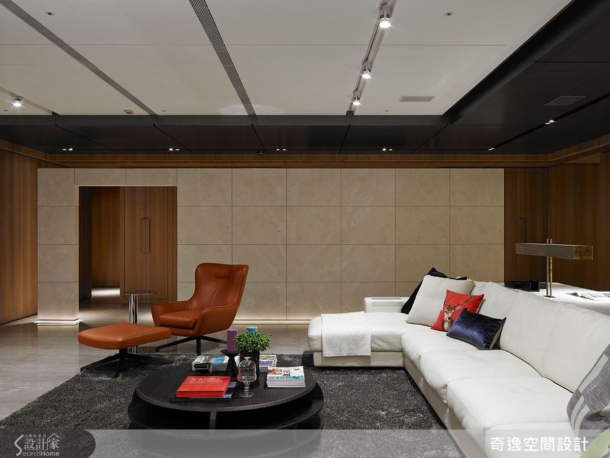 這面不做滿的玄關大牆,為設計師融入建築形式打造而成。