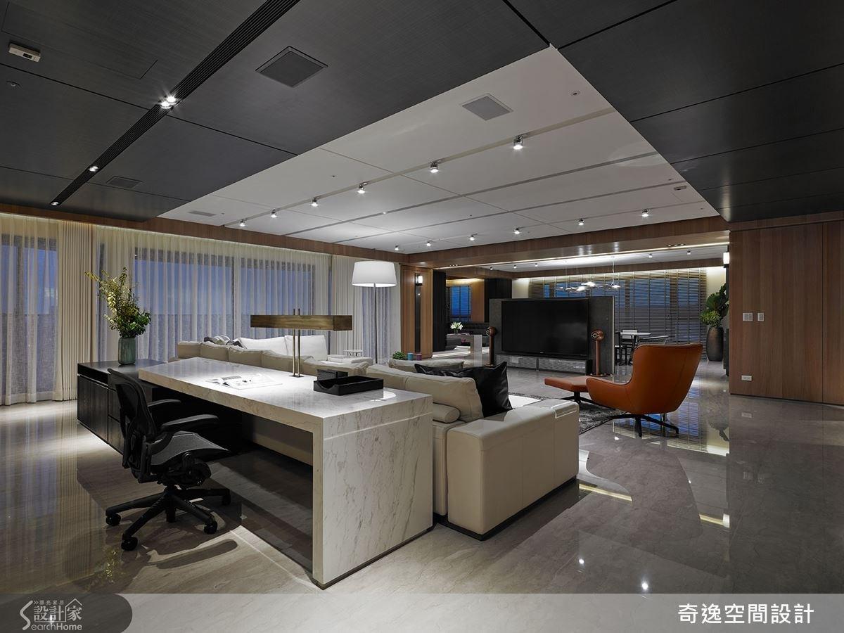 除了玄關牆,整體公領域不刻意設計頂天立地的實牆;後方的書桌桌燈為特別訂製,造型獨一無二。