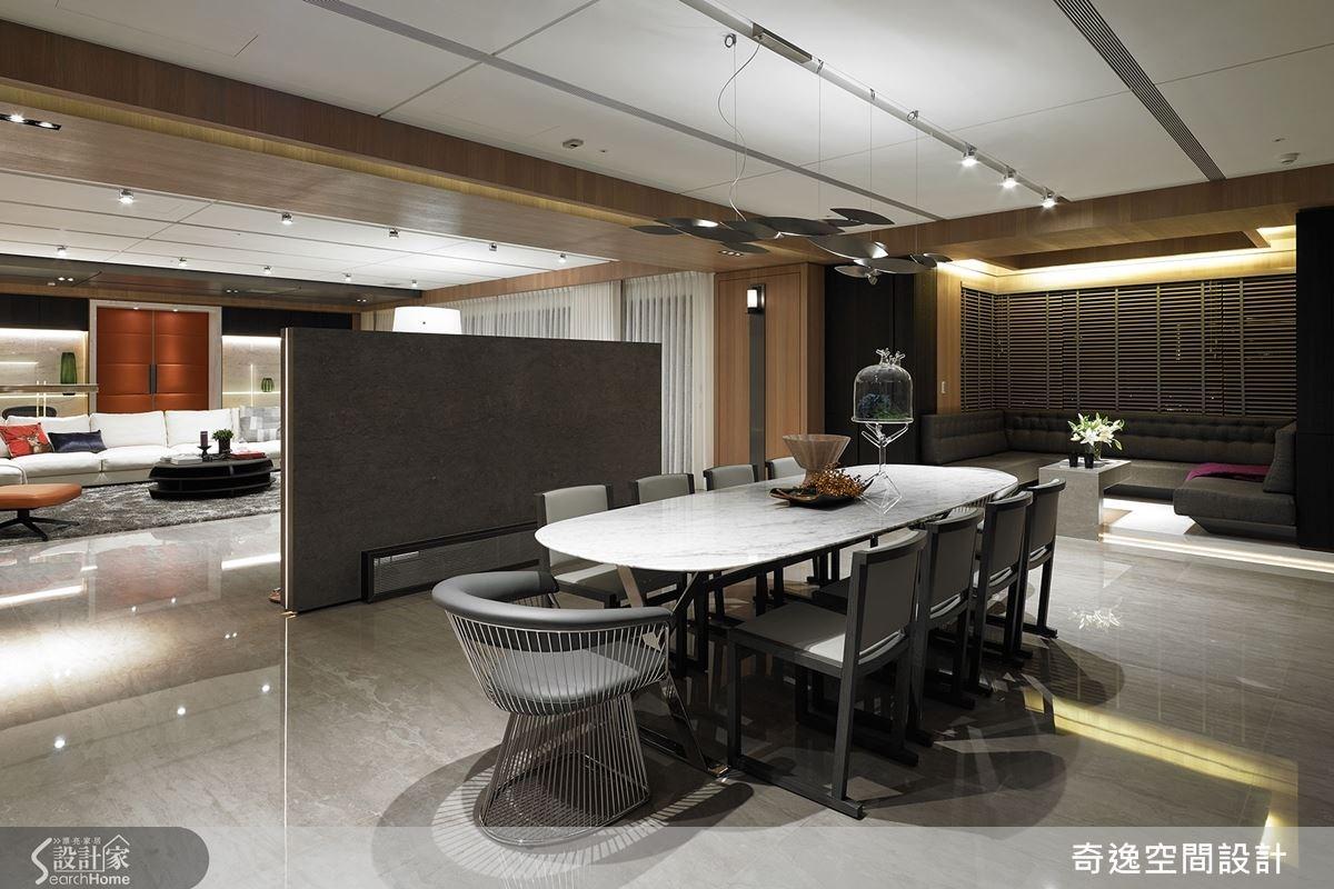 餐廳吊燈形成視覺焦點,選用義大利最新手工吊燈,可隨心所欲做出光源需求調整,同時也成為空間中一盞藝術品。