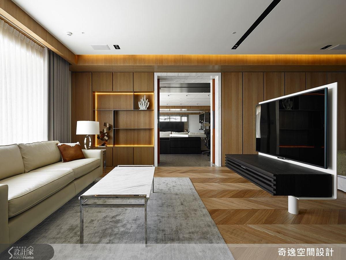 走進門可先來到令人放鬆的起居空間,作為客廳與睡眠區的過度領域,並採用起居與睡眠區皆可使用到的旋轉電視牆,呈現彷彿五星級行政套房的規格。