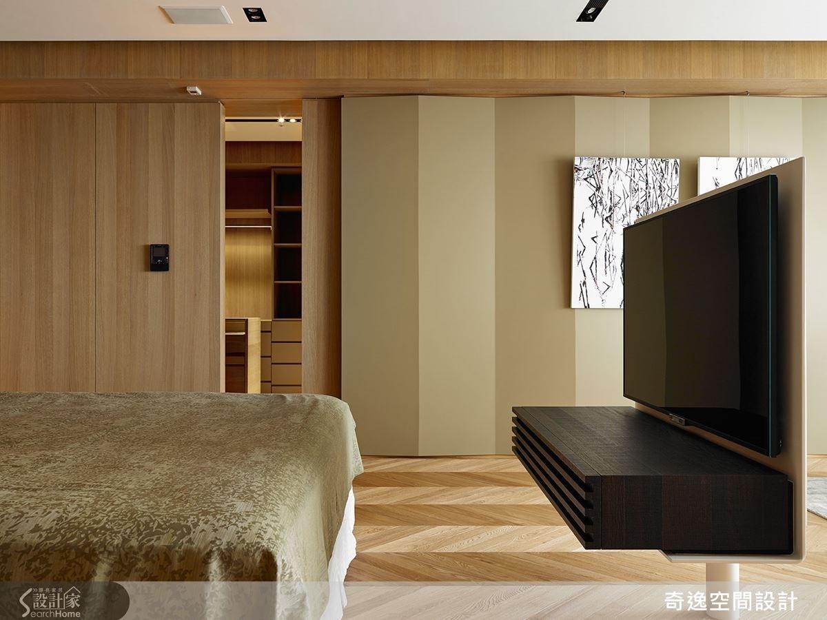 位於軸線末端的起居室牆面,做出綠色的立體折面設計,可透過光線投射,產生明暗的變化,搭配人字拼木地板做出相互呼應的折線美感。