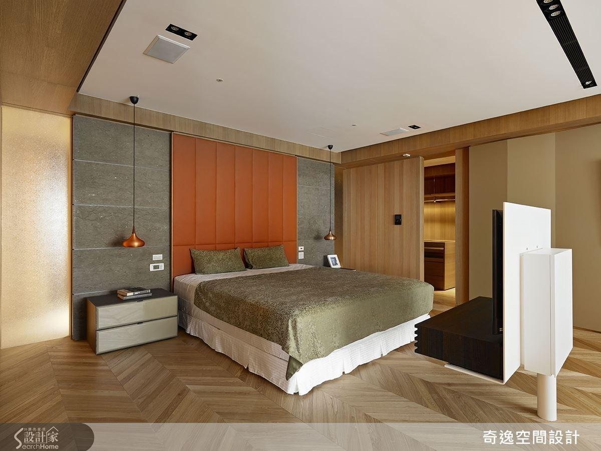 採用馬鞍皮革作為床頭牆,寢臥配有木拉門,區隔更衣室保有私密。