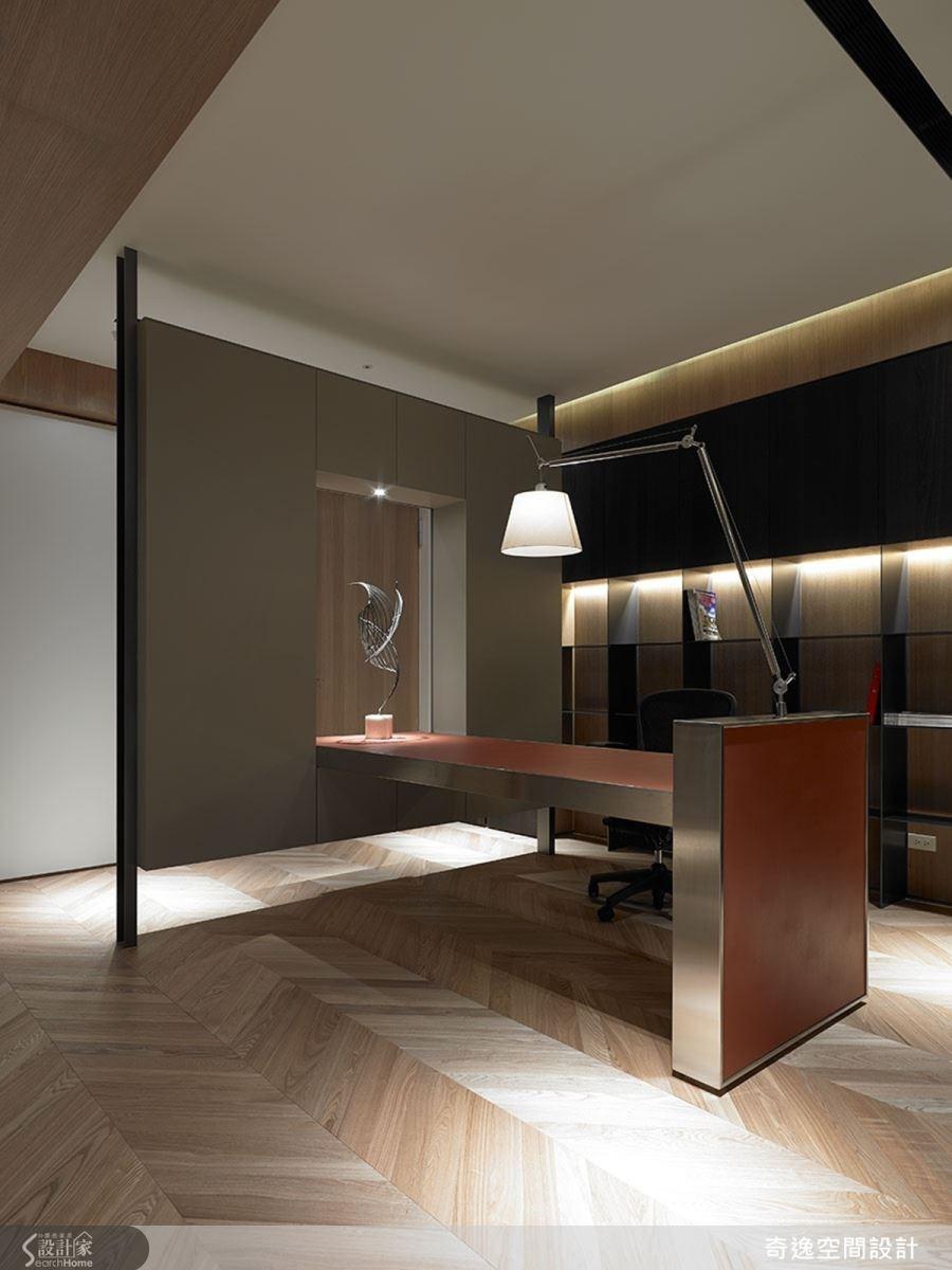 兒子房中採用時尚的訂製書桌,利用這張桌子定義玄關和房間書房的位置,不只是書桌,更形成一幅玄關端景。
