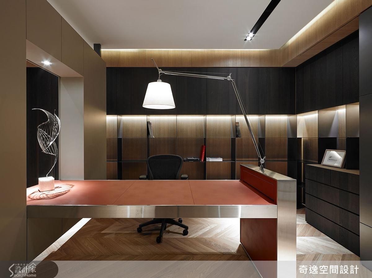 書桌桌面採皮革材質,以槽鋼做支撐,同時結合一體成形的燈,讓線路妥當隱藏起來。