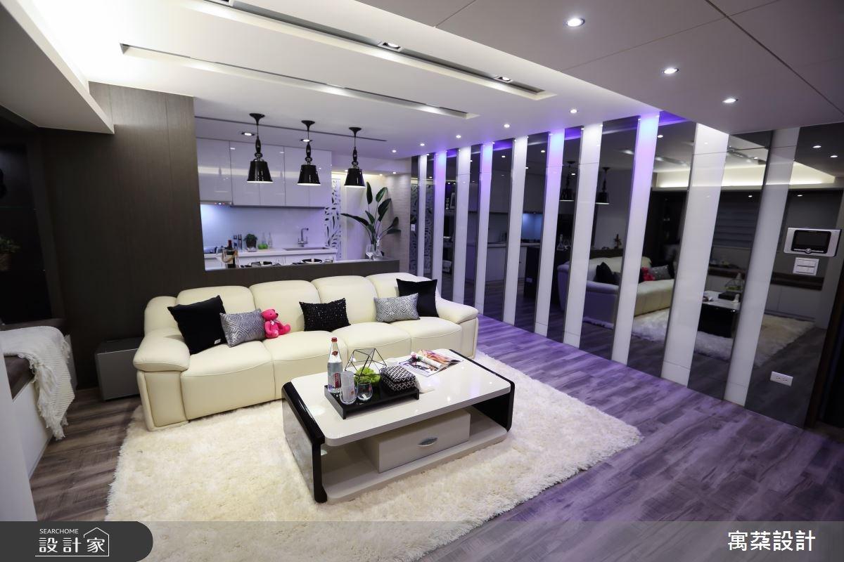 家中設計一片白烤玻璃、灰鏡打造的鏡面牆,為整合美感與需求的創意設計,不僅讓居家視覺更開闊,更隱藏家中機能軸線。