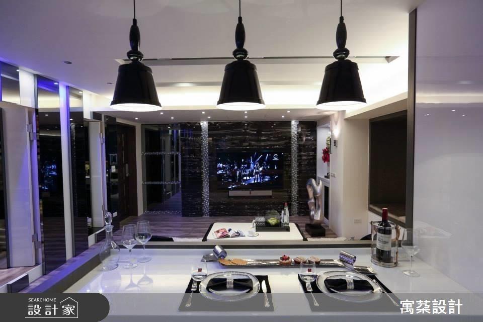 採開放式的公領域設計,增加放大感受,並將原先的電視牆挪動位置,改為吧台,讓客人走進家中來訪產生新穎的視覺感。