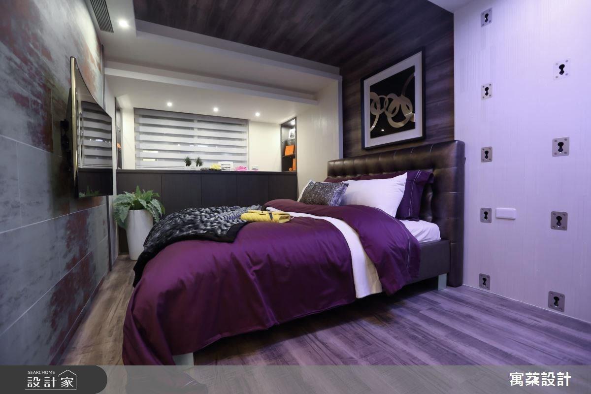 臥房有別於公領域的冷色調,透過可調節的溫暖燈光,以及木地板、床頭牆連結天花板的延續木質調設計,做出暖色感。