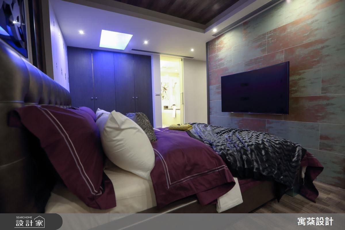 電視牆用金屬磚呈現彷彿掛畫的感覺,充滿美感。