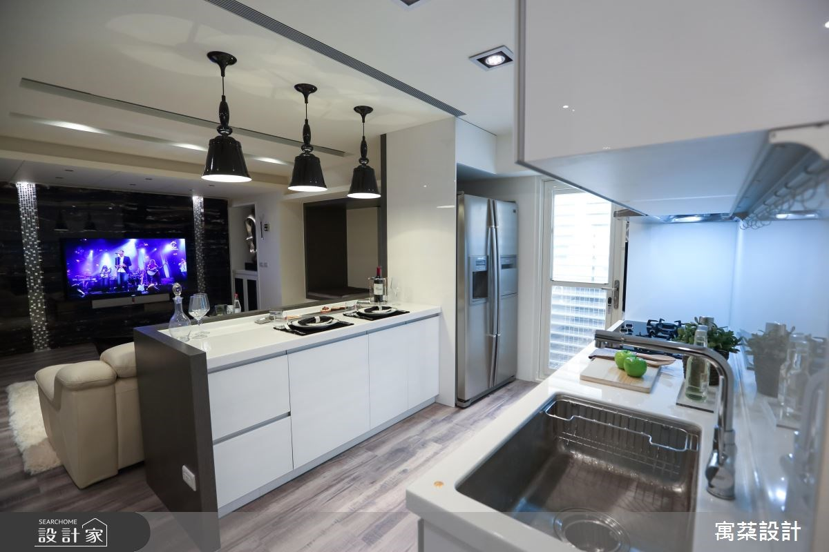將廚房配置在靠陽台位置,擁有良好採光並適當讓油煙流通,保有室內好空氣。