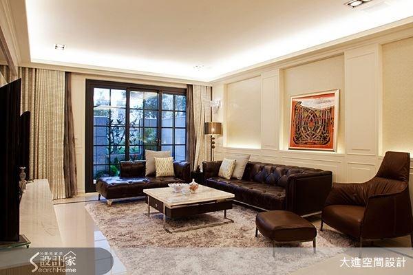 皮質的沙發搭上地毯,與格柵的落地窗相呼應,展現出具有新古典與鄉村風優點的居住空間。