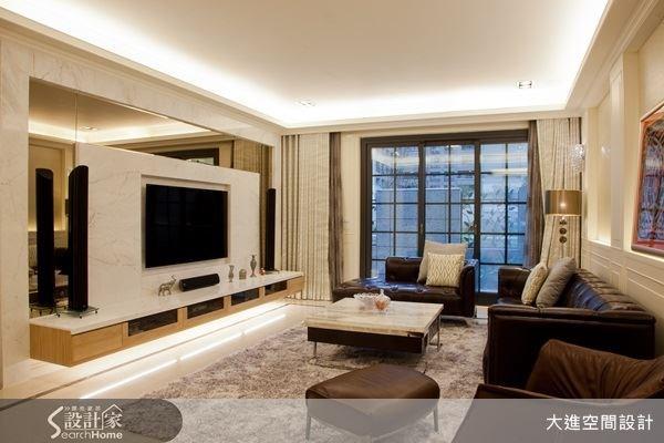 大理石電視牆,烘托出客廳的大器質感,配上具有反射效果的鏡面,讓客廳空間更顯寬敞。