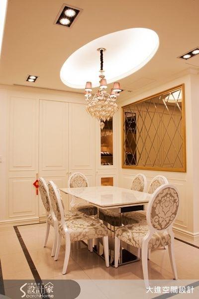 圓形造型天花,掛上璀璨的水晶燈飾,菱形切割的鏡面設計,讓餐廳空間高雅又時尚。