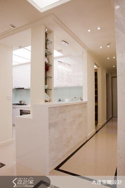 廚房空間採流明天花,使空間顯得明亮,以白色為主視覺的空間,讓廚房也能打造出動人的風格品味。