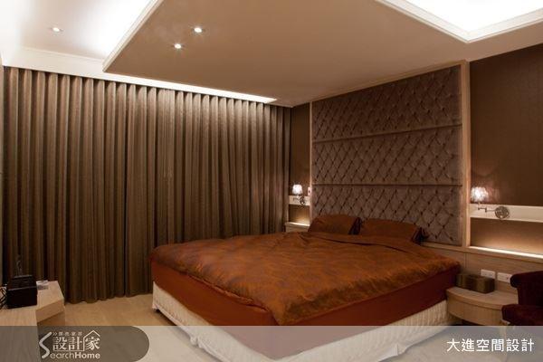 選用沉穩的咖啡色來妝點主臥空間,床頭兩旁則是典雅的壁燈,繃皮的床頭設計,勾勒出新古典的迷人氛圍。