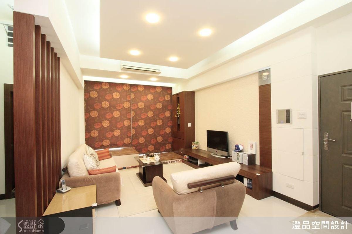 由於空間中安排許多鐵刀木設計元素與木質感家具,所以設計師以清爽的白色作為空間底色,讓色調更加平衡優雅。