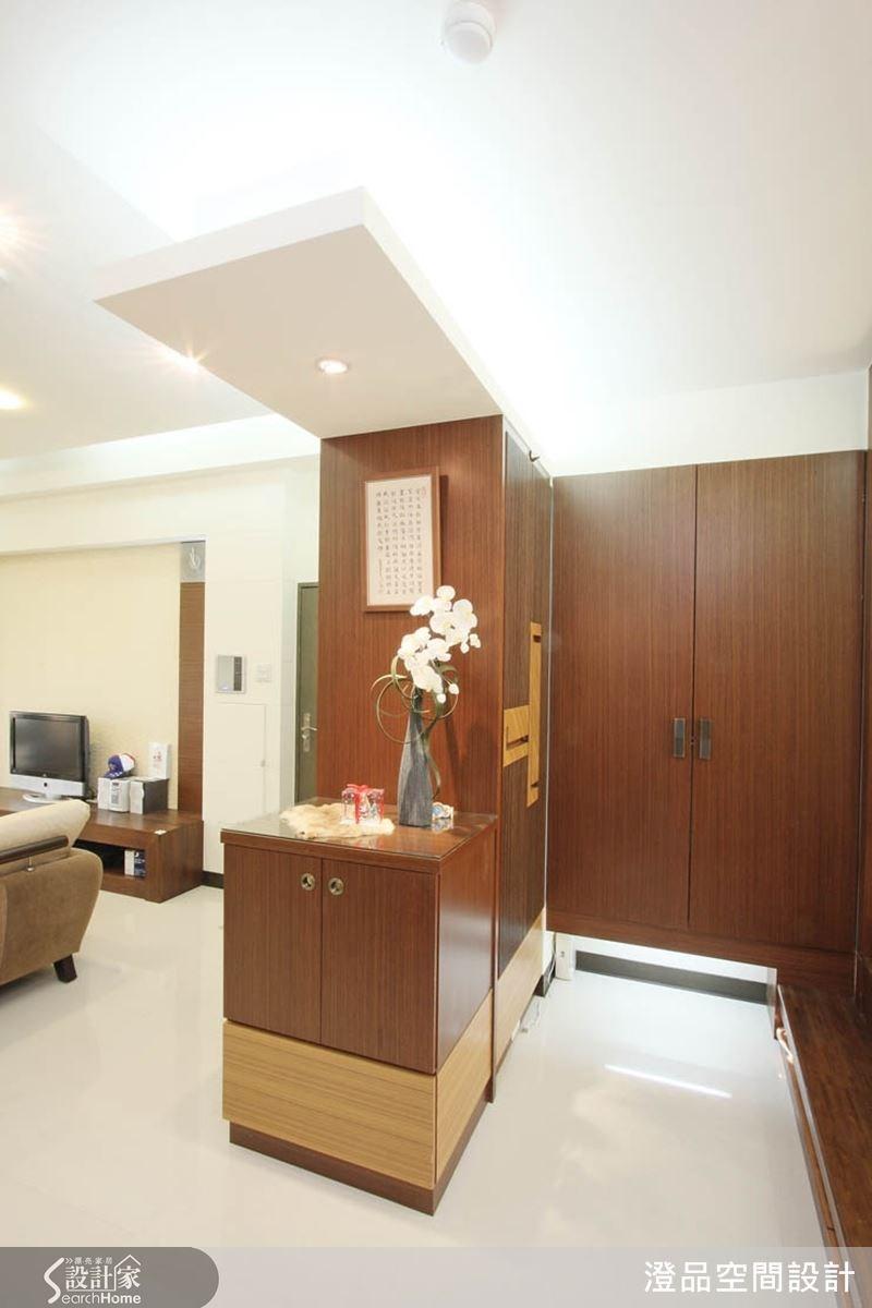 設計師運用空間的畸零角落創造更完善的收納櫃體,上下段維持留白並加裝燈光,讓櫃體質感更輕盈。