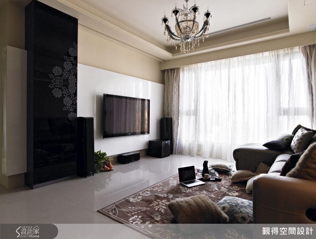 由於屋案本身採光條件佳,設計師以整面落地窗迎入充足採光,讓空間感更加明亮舒適。