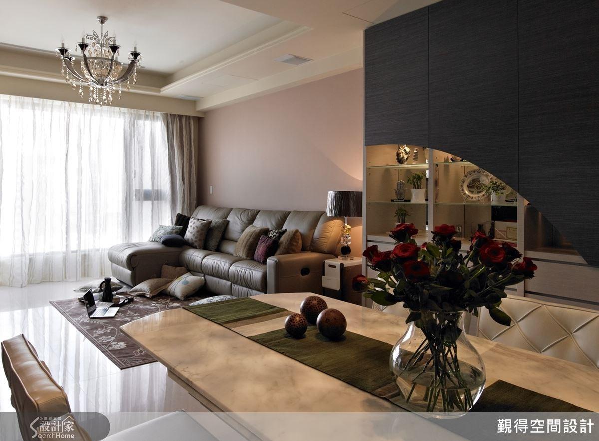 沙發背牆選用豆沙色鋪陳,讓現代風格居家的黑白配色得到平衡,居家氛圍也更加柔和溫暖。