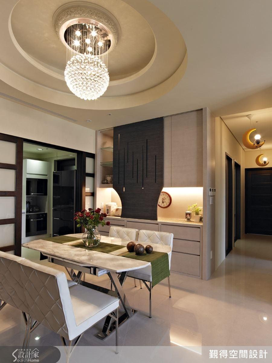 餐廳的圓形天花板為空間創造獨特的幾何美感,搭配精緻的水晶吊燈,更增添時尚氛圍。