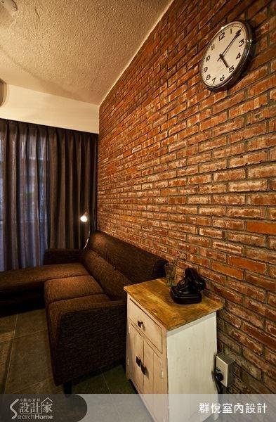 沙發背牆是乘載著歷史之美的斑駁紅色磚牆,掛上帶有復古感的時鐘,營造出英倫感的設計品味。