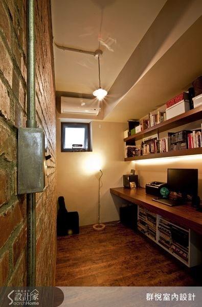 利用長型檯面作為書桌工作檯,再以層板方便屋主擺放書籍與雜物,使書房空間簡約又俐落。