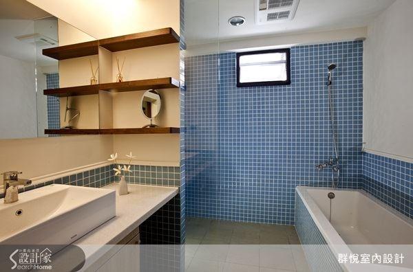 以藍白兩色作為衛浴空間主色,讓空間顯得清爽,勾勒出像是在希臘度假的好心情。