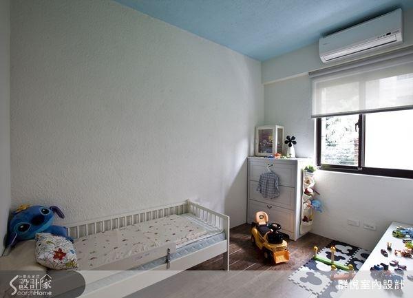 挑選合適的色彩,就能為住臥空間添加更多的居住樂趣!依據屋主與家人的喜好,選擇像是藍綠色壁面,給人優雅的氣息,配搭上格窗,更能烘托出精品感的居家空間;兒童房就以藍色天花為主視覺,帶動出活力感。