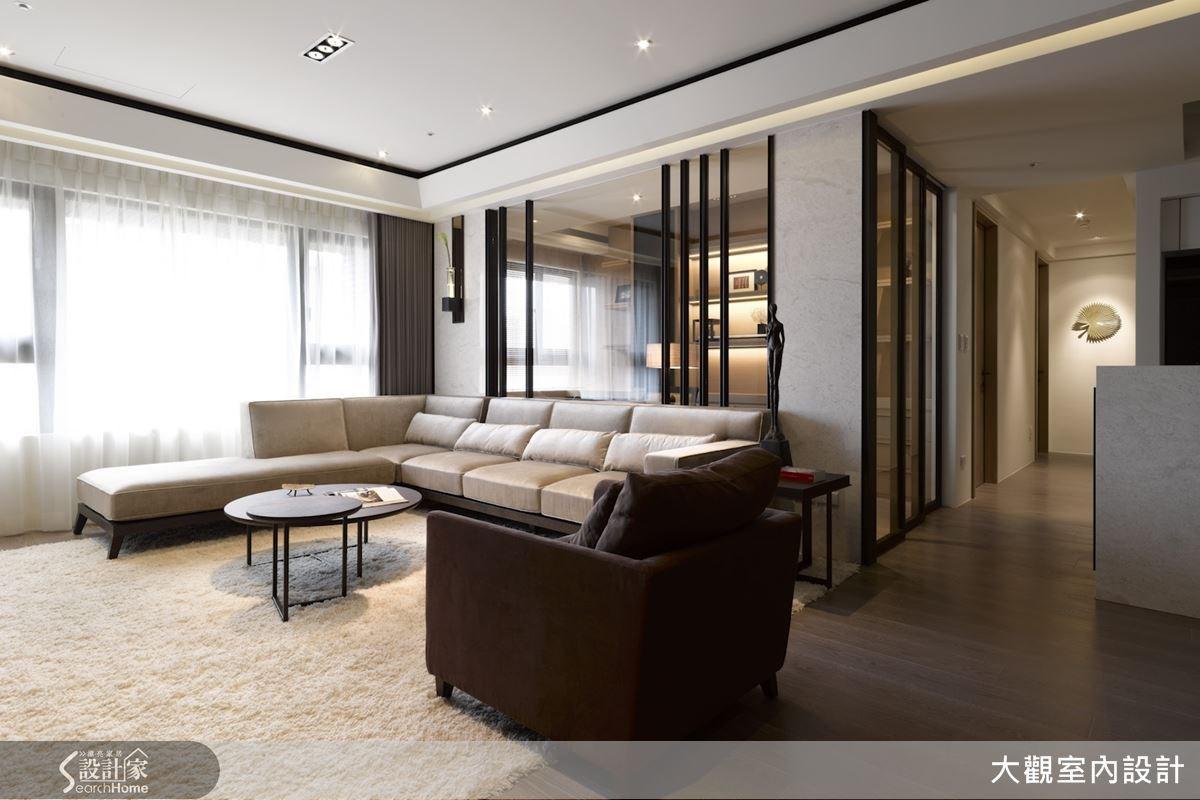 客廳與書房之間以清玻璃搭配黑色鐵件打造隔間,保持各個區域的獨立特質,同時也能維持視野上的通透感。