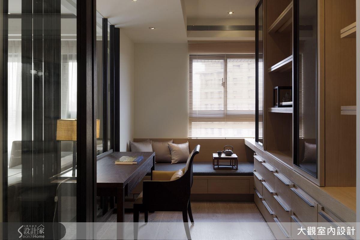 書房臨窗處安排了舒適的臥榻座位,讓屋主能夠以最自在的姿態,在此享受靜謐閱讀之樂。