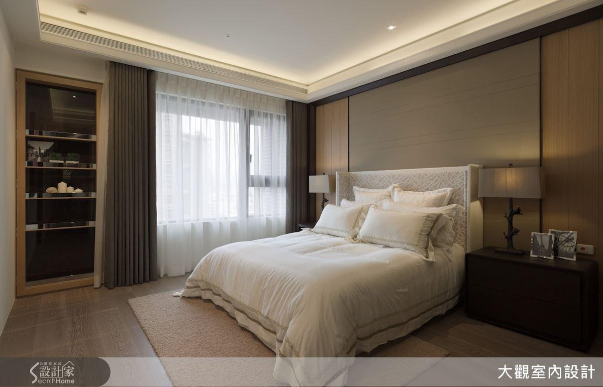 延續整體居家的木質感舒適調性,以整面落地窗為臥室引入暖暖的自然光源,讓陽光喚醒每一天的充足活力。