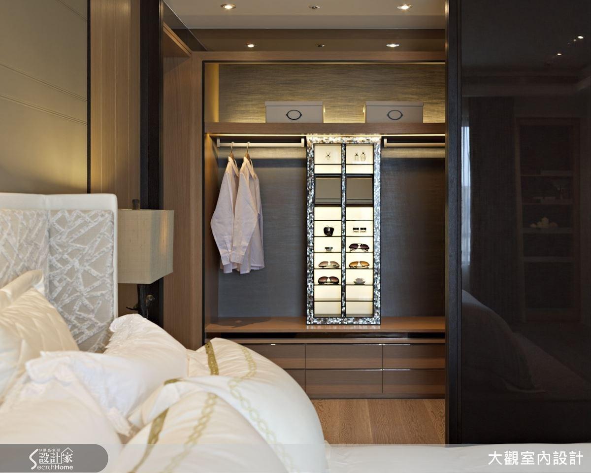 臥室內部結合小型更衣室收納,不但讓生活起居機能更加完整,搭配燈光效果更營造出精品展示般的高雅質感。