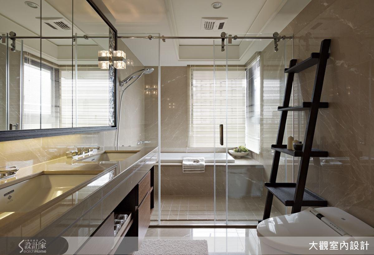 乾溼分離的衛浴空間內有著明亮的充足採光,搭配清玻璃隔間設計與淡雅的大理石材牆面讓整體視野自在開闊,而雙洗手檯的貼心設計更展現出飯店級衛浴的五星質感呢!